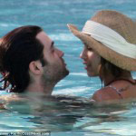 penn-badgley-et-zoe-kravitz-affichent-leur-amour-photos-piscine-miami (1)