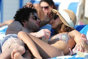 Penn Badgley et Zoë Kravitz affichent leur amour à la piscine ! (photos)