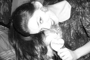Roxane Mesquida : L'actrice répond à ses fans sur Twitter ! (vidéo)